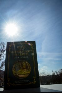 Reise zum MIttelpunkt der Erde Buch im Sonnenschein